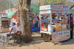 BUNDI,拉贾斯坦,印度- 2017年12月08日:五颜六色的市场食物失去作用与一位微笑的卖主 免版税库存图片