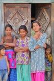 BUNDI,拉贾斯坦,印度- 2017年12月09日:摆在房子的入口的三个十几岁的女孩和两个孩子画象  图库摄影