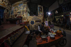Bundi, Inde - 11 février 2017 : Équipez les épices de meulage pour faire le thé ou le Chai indien de lait dans une stalle célèbre Photographie stock libre de droits