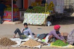 Bundi, India - Februari 11, 2017: Mensen en plantaardige verkopers in een straatmarkt in Bundi, Rajasthan, India Stock Foto