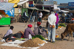 Bundi, India - Februari 11, 2017: Mensen en plantaardige verkopers in een straatmarkt in Bundi, Rajasthan, India royalty-vrije stock foto