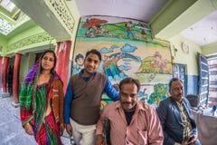 Bundi, India - Februari 11, 2017: Vier mensen die camera binnen van lokale school in Bundi, Rajasthan, India bekijken Distor van  Stock Fotografie
