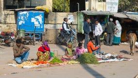 Bundi Indien - Februari 11, 2017: Folk- och grönsakförsäljare i en gatamarknad på Bundi, Rajasthan, Indien royaltyfri fotografi