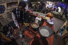 Bundi, la India - 11 de febrero de 2017: Sirva las especias de pulido para hacer té o a chai indio de la leche en una parada famo Imagenes de archivo
