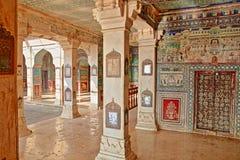BUNDI, RAJASTHAN, ÍNDIA - 8 DE DEZEMBRO DE 2017: Pinturas murais em Chitrasala no palácio Garh de Bundi fotografia de stock