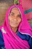 BUNDI, RAJASTHAN INDIA, GRUDZIEŃ, - 08, 2017: Portret stara kobieta z kolorową suknią przy jarzynowym rynkiem Obraz Royalty Free