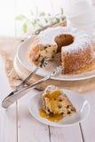 Bundt蛋糕片断与果子顶部的 免版税库存照片
