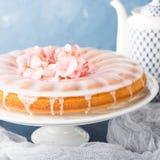Bundt kaka med glasyr på kaka Festliga festvårblommor arkivbild