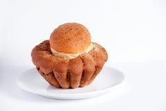 Bundt kaka på den vita plattan Fotografering för Bildbyråer