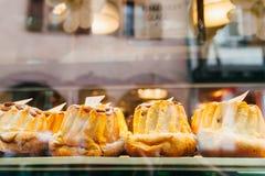 Bundt kakor i ett bageri shoppar Arkivfoto