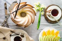 Bundt-Kuchen mit Zucker- und Schokoladenglasur auf weißem Hintergrund Lizenzfreies Stockfoto