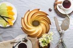 Bundt-Kuchen mit Zucker- und Schokoladenglasur auf weißem Hintergrund Stockfoto