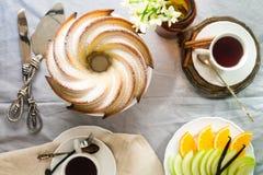 Bundt-Kuchen mit Zucker- und Schokoladenglasur auf weißem Hintergrund Stockfotografie