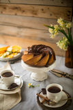 Bundt-Kuchen mit Zucker- und Schokoladenglasur auf weißem Hintergrund Lizenzfreies Stockbild