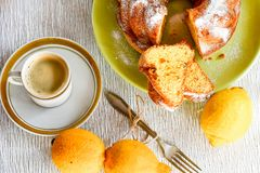 Bundt-Zitronenkuchen lizenzfreies stockfoto