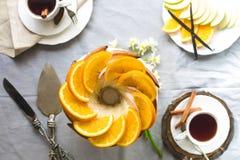 Bundtcake met Suiker en chocoladeglans op witte achtergrond Stock Afbeeldingen