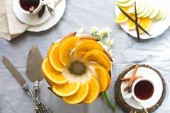 Bundtcake met Suiker en chocoladeglans op witte achtergrond Stock Afbeelding