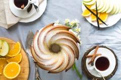 Bundtcake met Suiker en chocoladeglans op witte achtergrond Royalty-vrije Stock Fotografie