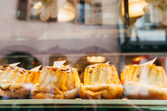 Bundtcakes in een bakkerijwinkel Stock Foto