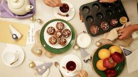 Bunfight abondant avec les petits pains et le fruit faits maison en cercle de famille banque de vidéos