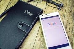 BUNG KAN, THAILAND - OKTOBER 09, 2015: anteckningsbok exponeringsglas, penna, smart telefon med det Google sökandet app Royaltyfria Bilder