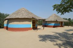 Bunga, ein zylinderförmiges Schlammhaus mit Strohdach lizenzfreies stockfoto