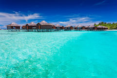 Bungallows d'Overwater dans la lagune bleue Photographie stock