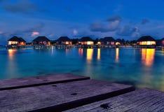 bungalowów półmroku Maldivian woda Obrazy Royalty Free