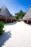 Bungalow auf dem korallenroten Strand Stockfotos