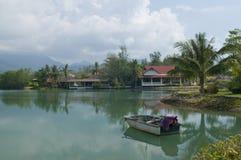 Bungalow. Barca e fiume. Fotografie Stock Libere da Diritti