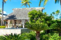 Bungalow bland palmträd i semesterorten arkivfoton