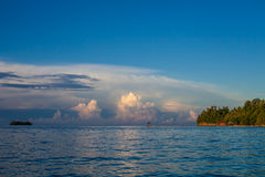 Bungalow da vista panorâmica na praia tropical da vila de Indonésia no nascer do sol da ilha de Bali Oceano das Caraíbas da tempo Fotos de Stock Royalty Free
