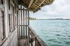 Bungalow de madeira com vista para o mar, cabana de madeira fotos de stock