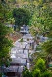 Bungalow del tetto nella giungla della palma Immagine Stock