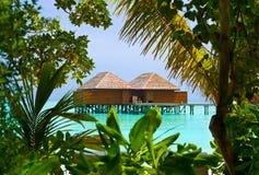 Bungalow dell'acqua su un'isola tropicale Fotografia Stock Libera da Diritti