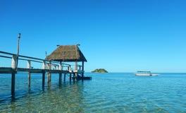 Bungalow della laguna del molo dell'isola Figi immagine stock libera da diritti