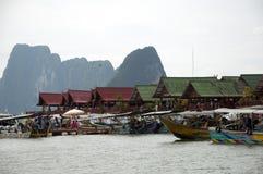 Bungalow della Tailandia e barche minuscole Immagine Stock