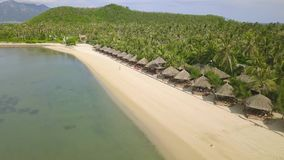 Bungalow, der in der Reihe auf Paradiesinsel mit weißem Sand auf Seeufervogelperspektive steht Luxus-Resort-Strand auf Grün stock video