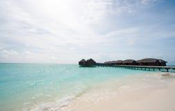 Bungalow di Overwater nei tropici Fotografia Stock Libera da Diritti