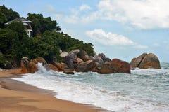 Bungalow e rochas Fotos de Stock Royalty Free