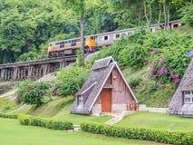 Bungalow im Erholungsort mit Zug- und Waldhintergrund Lizenzfreie Stockfotografie