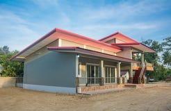 Bungalow moderno novo Front View da casa de um andar da fam?lia r imagem de stock royalty free