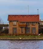 Bungalow olandese tipico sul lato dell'acqua, architettura della tana aan Rijn, Paesi Bassi di Alphen immagini stock