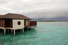 Bungalow på den konkreta högen Maldiverna Fotografering för Bildbyråer