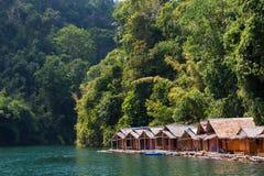 Bungalow på den tropiska sjön royaltyfri foto