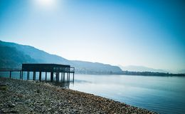 Bungalow på en härlig blå sjö royaltyfria foton