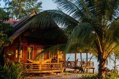 Bungalow på stranden med verandan och hängmattan Royaltyfria Bilder