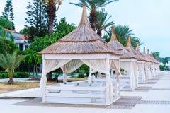 Bungalow på strandhavet royaltyfri foto