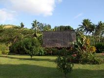 Bungalow in palmtuin Stock Foto's