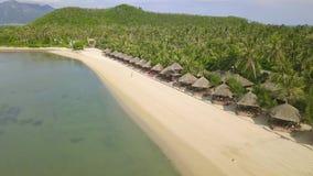 Bungalow pozycja w rzędzie na raj wyspie z białym piaskiem na dennego brzeg widok z lotu ptaka Luksusowego kurortu plaża na ziele zbiory wideo